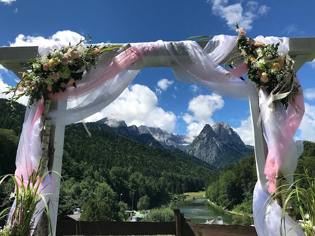 Traubogen Tor zu den Bergen, London meets Garmisch-Partenkirchen, Sommerhochzeit im Vintage-Look in Bayern mit internationalen Hochzeitsgästen, Riessersee Hotel, Hochzeitsplanerin Uschi Glas