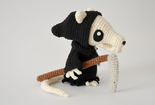 Krawka: Death of rats crochet pattern - discworld, Terry Pratchet inspired reaper death pattern Grim squeaker