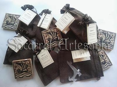 Socarrats con bolsa de rafia y tarjeta en inglés para Empresa Pública. Socarrat Artesanía