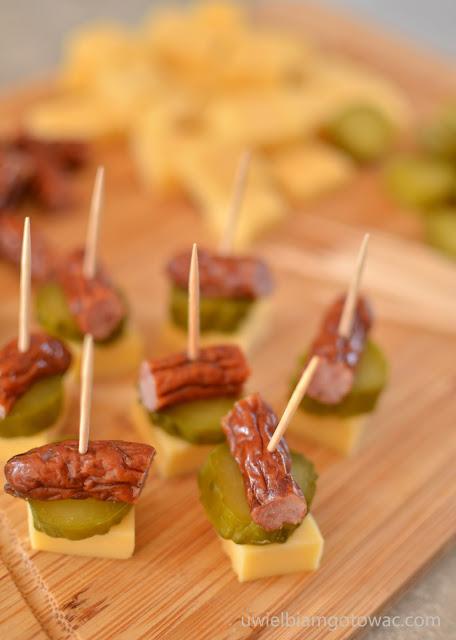 Koreczki z kabanosem, żółtym serem i ogórkiem konserwowym