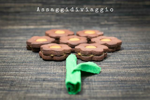 Fiori di biscotti di frolla al cacao con caramello al burro salato