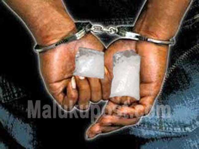 """Ambon, Malukupost.com - Majelis hakim Pengadilan Negeri Ambon menjatuhkan vonis lima tahun penjara bagi Petra Tahapary (24), terdakwa perantara penjualan narkotika golongan satu jenis sabu-sabu.    """"Menyatakan terdakwa terbukti bersalah melanggar Pasal 114 ayat (1) Undang-Undang Nomor 35 Tahun 2009 tentang narkotika,"""" kata ketua majelis hakim PN setempat Leo Sukarno didampingi hakim anggota Jimmy Wally dan Felix Ronny Wuisan di Ambon, Selasa (27/2)."""
