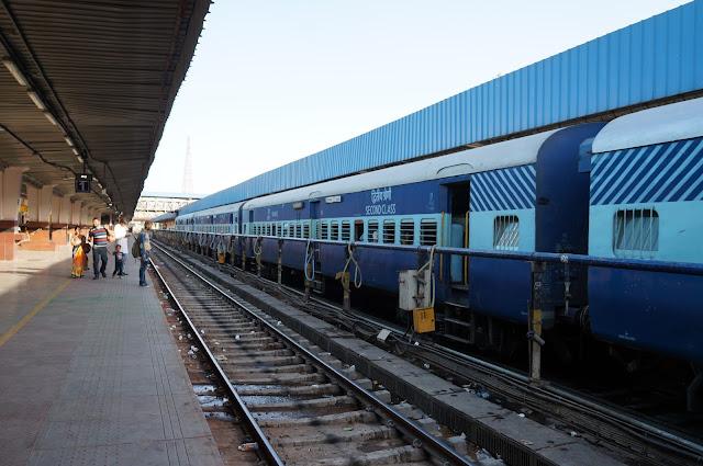 Kereta yang akan membawa dari Jaipur ke Agra