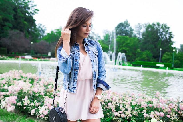 Pudrowa sukienka oraz jeansowa kurtka - Czytaj więcej