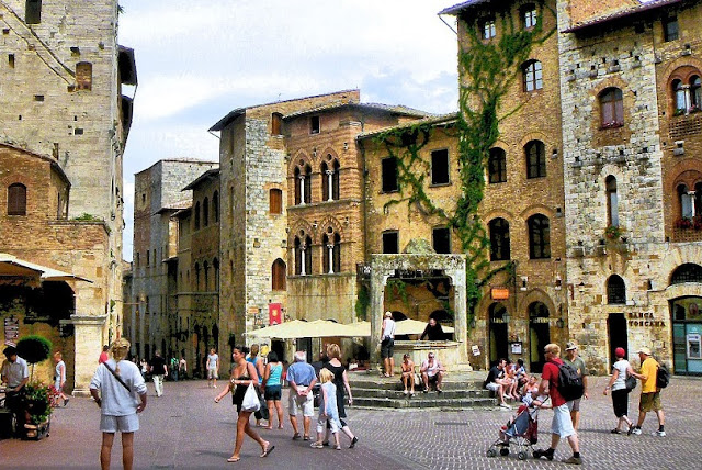Sobre a Piazza della Cisterna em San Gimignano
