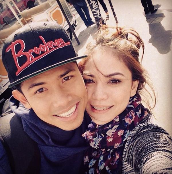 BUKU TIGA LIMA Gambar selfie Nabil dan Zira bersantai di