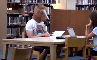 Aπίστευτες φάρσες σε δημόσια βιβλιοθήκη!(video)