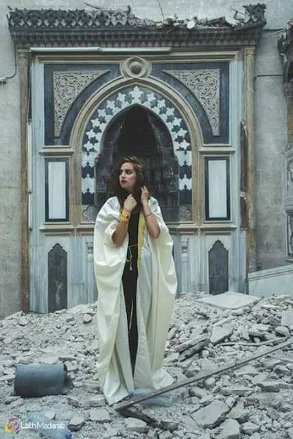 غضب حلبي جراء التقاط صور لعارضة أزياء في مسجد مدمر
