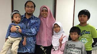 Khoirul Anwar memakai baju biru