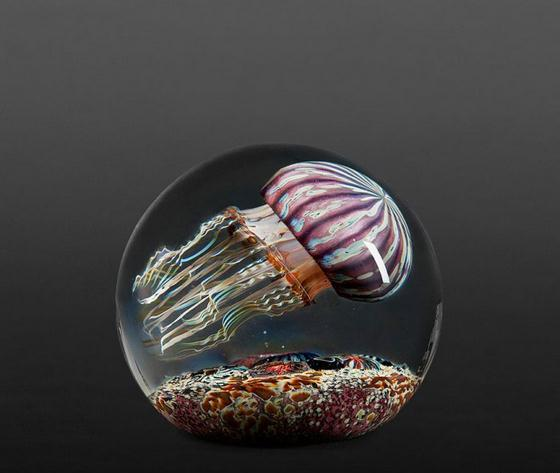 مزهريات زجاجية رائعة رسمت عليها قناديل البحر
