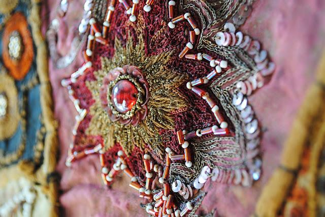 Detail van bohemien wandkleed met een geborduurde ster met kralen.