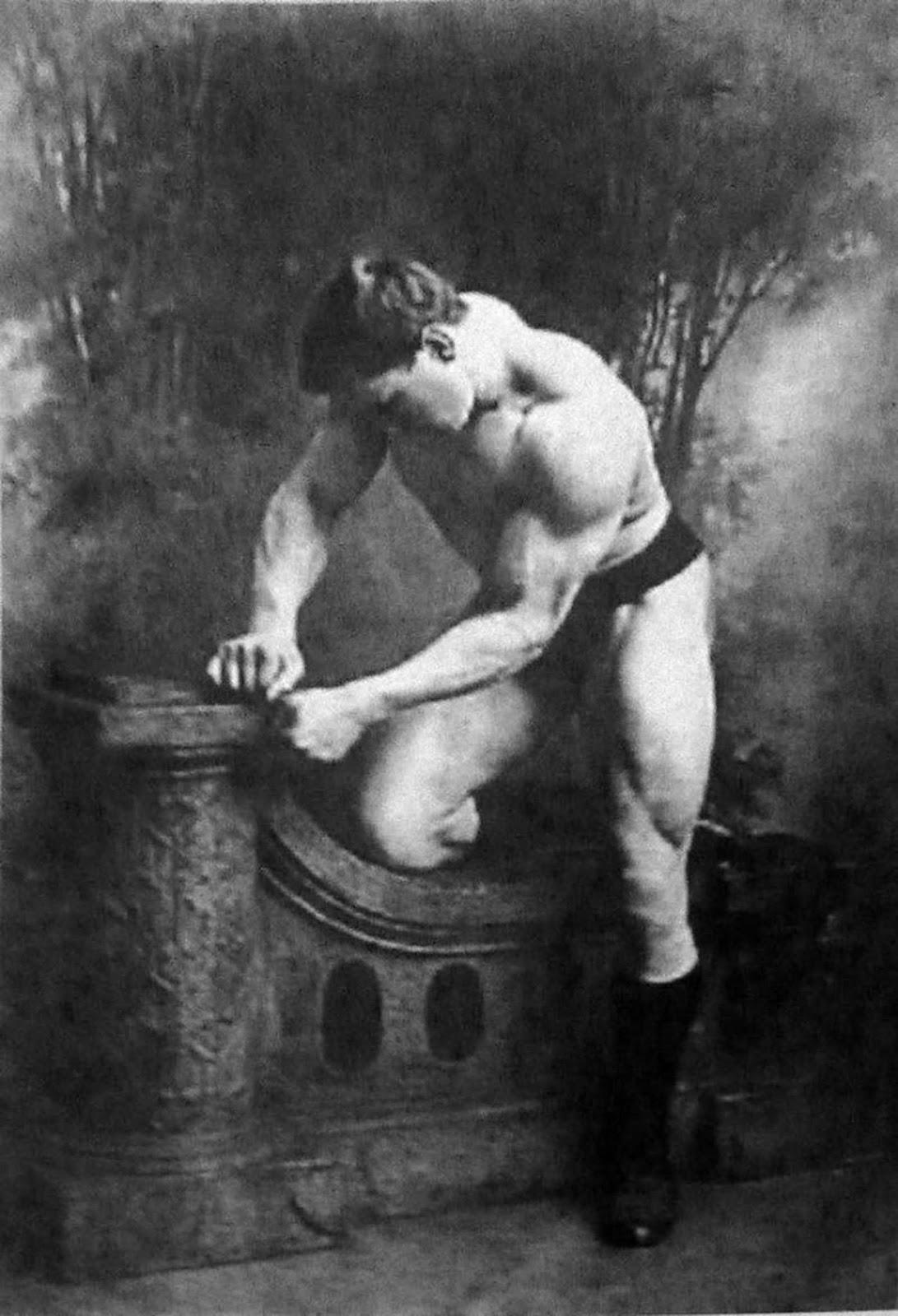George Hackenschmidt, alrededor de 1900. Se cree que es el creador de la versión de lucha profesional del abrazo de oso, así como la persona que popularizó la piratería, un peso muerto con brazos detrás del cuerpo.