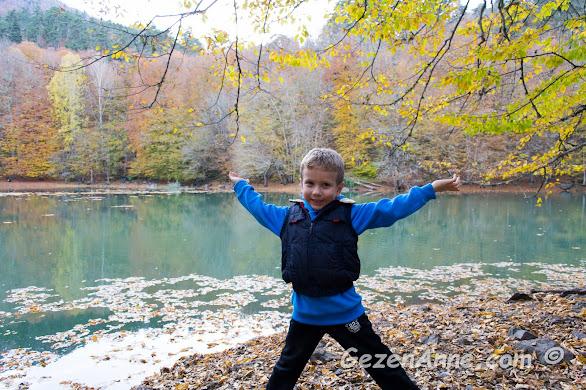 Yedigöller'de göl kenarında çocukla piknik, trekking, kamp, Bolu