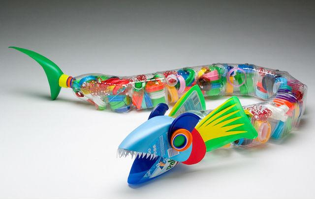 botellas de plástico recicladas, juguete con forma de pez
