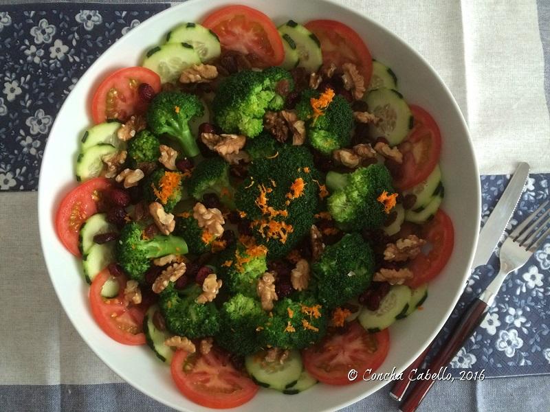 ensalada-brócoli-naranja-mesa