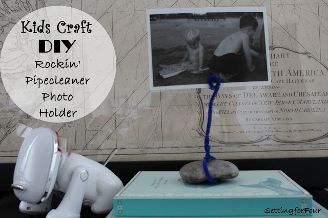 See the easy tutorial to make this fun kids craft: DIY Pipecleaner Photo Holder! Great kids activity to do over the summer break, holidays and back to school. A fun frameless way to display vacation photos, Instagram photos or kids art with a pipe cleaner!