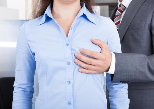 Tại sao con trai thích sờ vào ngực phụ nữ