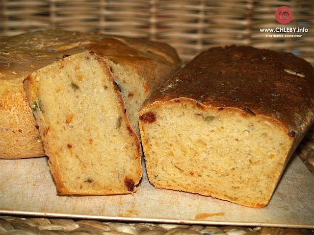 Chleb serowy z oliwkami i suszonymi pomidorami