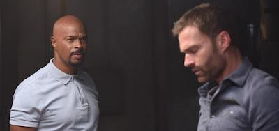 Os atores Damon Wayans e Seann William Scott em cena da terceira temporada de Máquina Mortífera