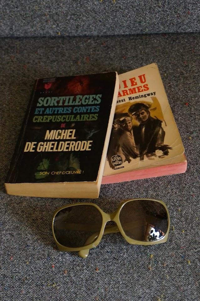 """"""" Sortilèges et autres contes crépusculaires """" de Michel De Ghelderode  vintage sunglasse 70s 1970s lunettes soleil annees 70 kaki """" L'adieu aux armes """" d' Hemingway"""