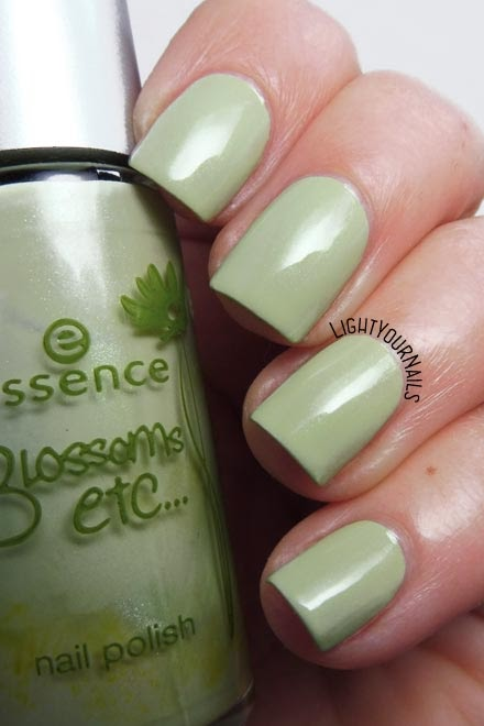 Smalto olografico nude rosa Smalto verde menta Essence A Hint of Mint (Blossoms Etc. TE) mint green nail polish #essence #nails #green #unghie #lighyournails #pantonenilegreen