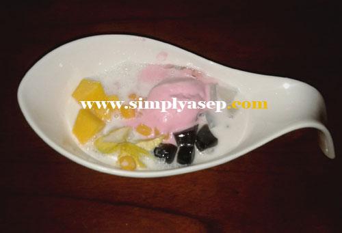 ES KRIM RED ZONE : Ini es krim yang dikemas dengan campuran ketan, nangka dengan campuran susu yang nikmat.  Foto Asep Haryono