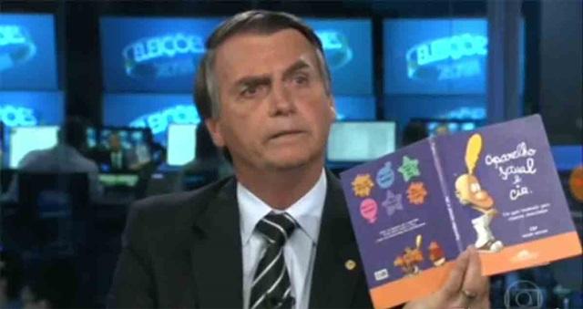 Bolsonaro mostra livro que, segundo o MEC, jamais foi distribuído nas escolas