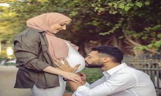 شاب بلحية يقبل بطن زوجته الحامل  برومانسية