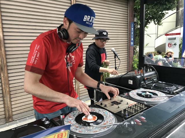 代々木八幡商店街で開催された七夕まつりでの一コマ。DJ-YASUのストリートDJプレイの模様です。