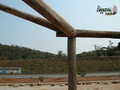 Detalhe do madeiramento com eucalipto tratado de demolição com o pilar de madeira roliço, o frechal de madeira roliço e a peça de madeira da água furtada.