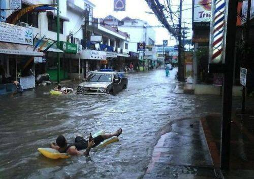 Berikut Ini Foto Foto Kejadian Kejadian Lucu Yang Dilakukan Oleh Korban Bencana Banjir