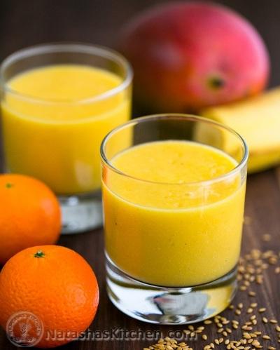 Tropical Mango Pineapple Smoothie terinspirasi dari Maui, di mana buah mangga dan nanas tumbuh liar dan bebas.   Bahan:  susu almond, pisang, jeruk, mangga, nanas, flax seeds.