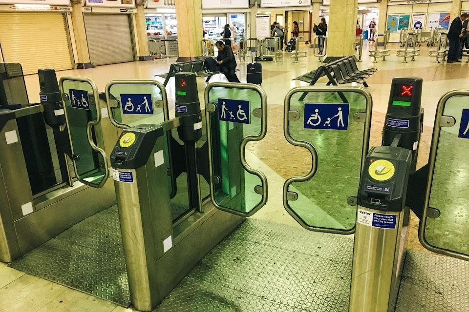 ヒースロー・ターミナル4駅(Heathrow Terminal 4 tube station)の改札