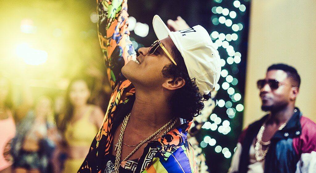 """Bruno Mars interpreta nueva canción, """"Chunky"""", en SNL"""