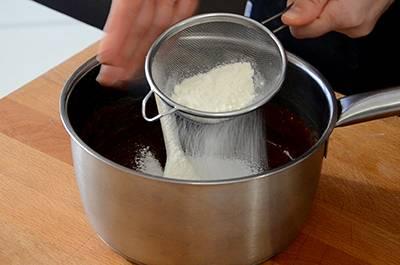 Aggiungere la farina setacciata.