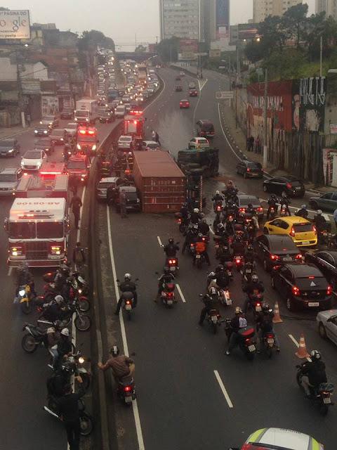 Vídeo registra momento exato do tombamento de uma carreta em São Bernardo