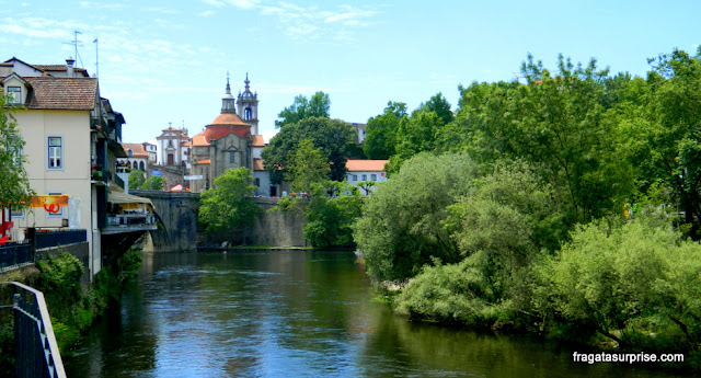 O Rio Tâmega, a ponte medieval e a Igreja de São Gonçalo do Amarante, em Portugal