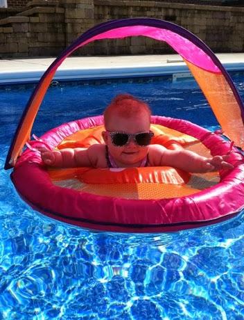 Gambar bayi lucu memakai kacamata di atas pelampung