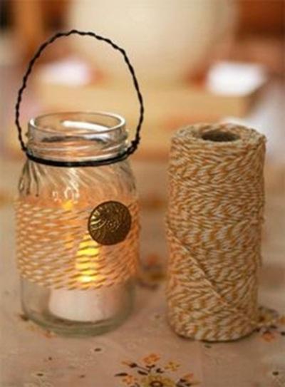Lentera festival. Melilitkan benang hias pada toples, tempel manik atau kancing hias, lalu lilitkan kawat di bagian leher toples.