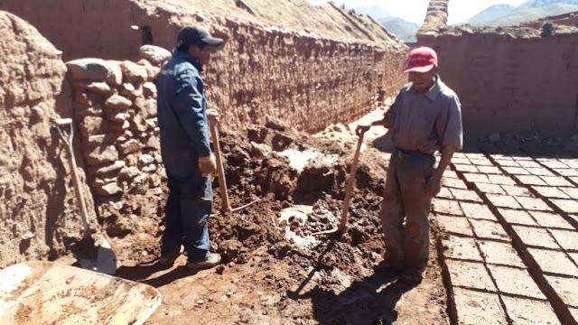 Ein Arbeiter schafft am Tag etwa 100 Lehmsteine zu pressen.