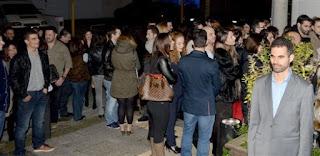 Ο Βαγγέλης Αυγουλάς με κόσμο που περιμένει για να μπει στο δείπνο
