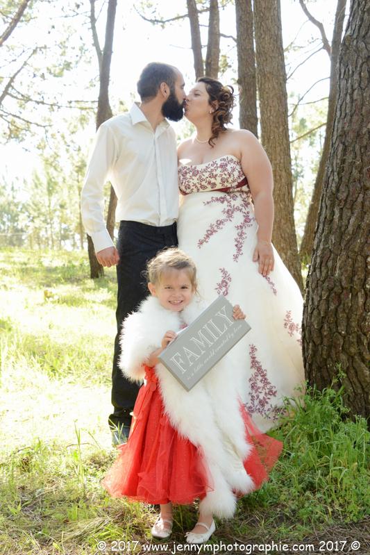 portrait photo mariés couple bisous famille pancarte family