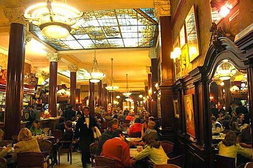 Interior do Café Tortoni em Buenos Aires