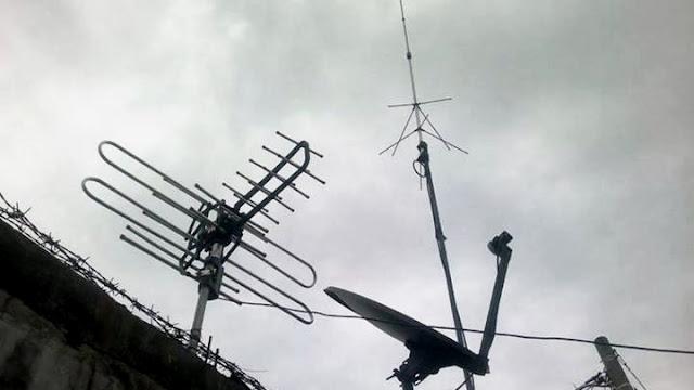 Foto Antena tv visional cool terpasang bersama antena vhf Gazden dan antena parabola mini