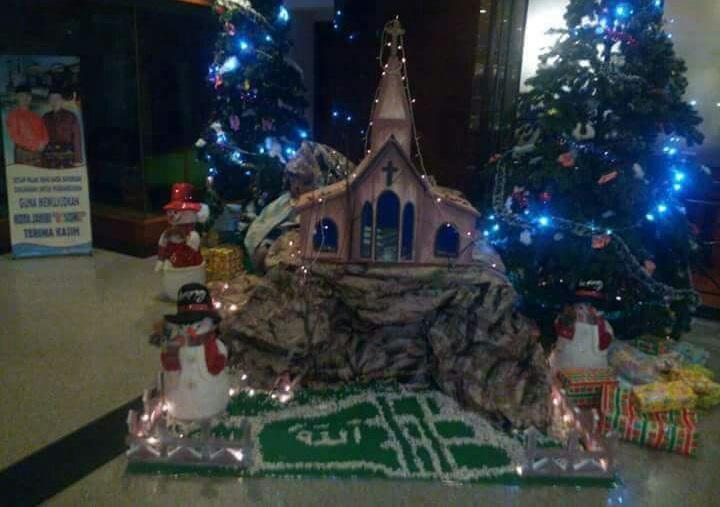 Miniatur pohon natal dengan lafaz Allah di lantai di Hotel Novita Jambi