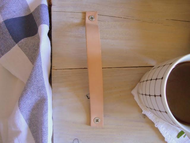 taca z drewna ze skórzanymi uchwytami