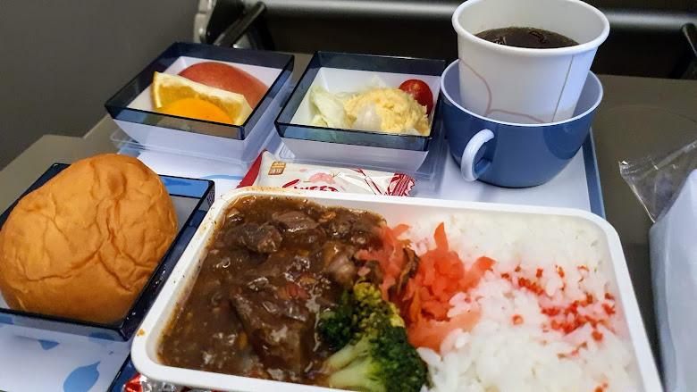 在飛機讓空姐餵食,拼命吃啊