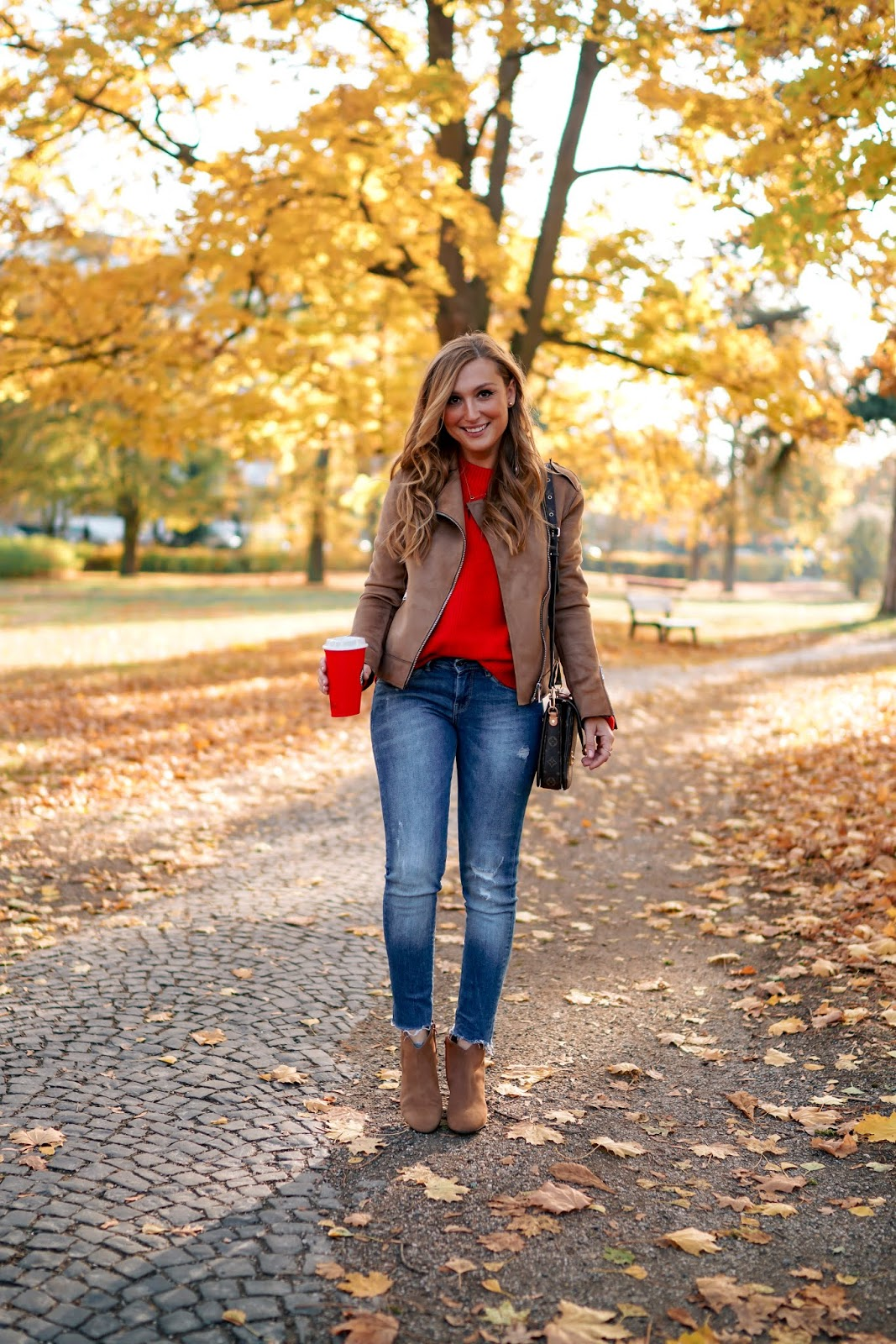 Roter-pullover-conleys-Louis-vuitton-metis-fashionblogger-Herbstoutfit-braune-lederjacke-braune-lederbooties-braune-Boots-stiefeletten-in-braun (3)