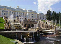 По замыслу Петра, желавшего украсить парадный вход дворца водопадами, возвели Большой каскад