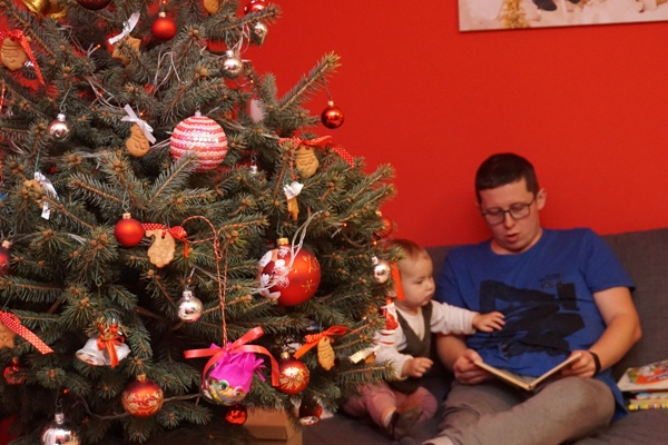 choinka z pierniczkami i tata czytający dziecku